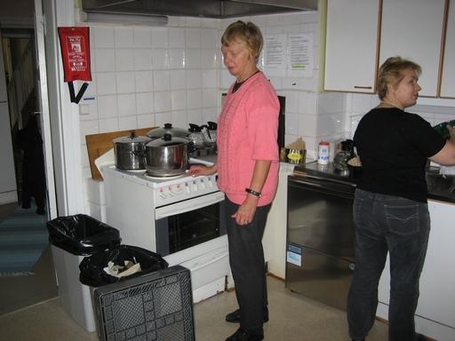 Aini Wellinger taikoi hernekeiton ja Teiju Johansson kahvit