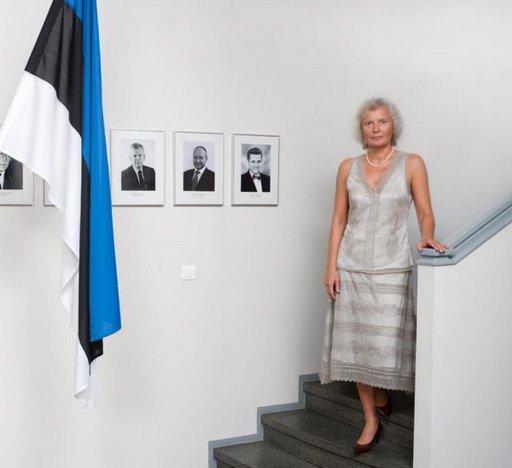 Viron Suomen suurlähettiläs Merle Pajula kuvattuna lähetystössä