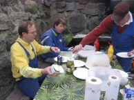 Matti, Jussi ja Seppo talkootarjoilun kimpussa
