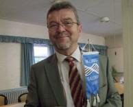 puheenjohtaja Veikko T. Valkonen vastaanotti Helsinki-Tallinna seuran viirin